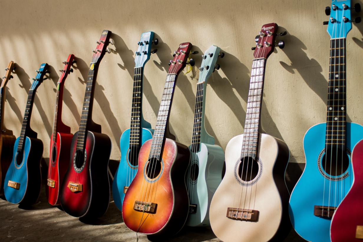 meerdere-gitaren-naast-elkaar-header