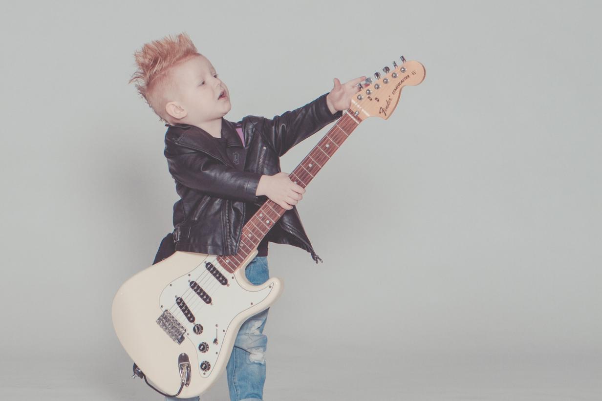 wanneer-leren-gitaar-spelen-kind