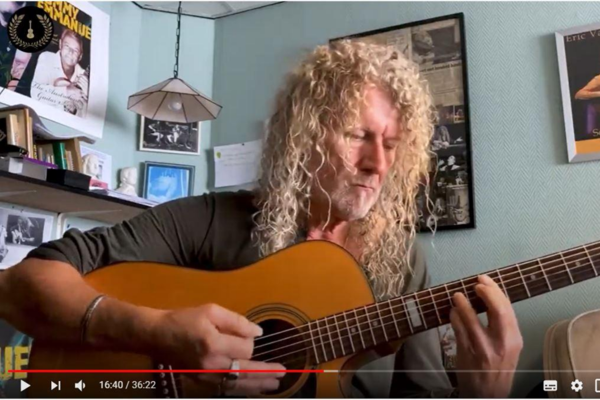black-leren-spelen-gitaar